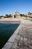 Pir och strand i semesterortstad av Estoril Arkivfoton