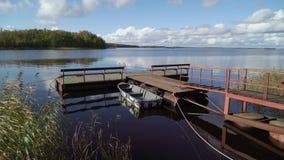 Pir och träfartyg på sjön stock video