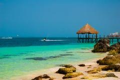 Pir och trägazebo vid stranden Tropiskt landskap med bryggan: havet sand, vaggar, vågor, turkosvatten Mexico Cancun royaltyfria foton