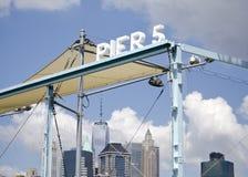 Pir 5 på den Brooklyn bron parkerar royaltyfri bild