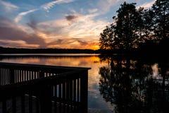 Pir på den knubbiga sjön i Virginia Beach, Virginia på skymning fotografering för bildbyråer