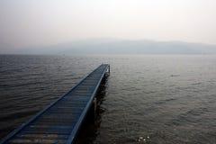 Pir på en dimmig molnig dag arkivbild