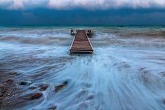 Pir på havet under en orkan Royaltyfri Foto