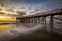 Pir på Ise av gömma i handflatan stranden, i Charleston South Carolina på Sunr Arkivfoto