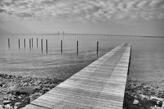 Pir på kusterna av Östersjön med den synliga Oresund bron Royaltyfria Bilder