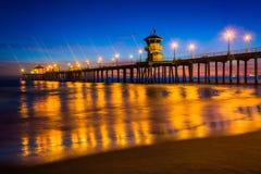 Pir på natten, i Huntington Beach Arkivfoto