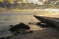 Pir på segla utmed kusten. Royaltyfri Fotografi