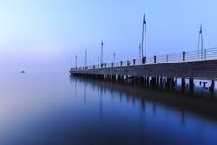 Pir på sjösidan i Baku på soluppgång royaltyfria bilder