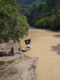 Piraatboot op een rivier stock foto