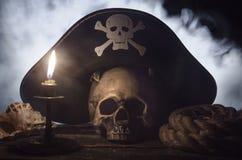 Piraathoed boven een menselijke schedel stock fotografie