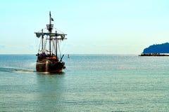 Piraatschip bij de open zee royalty-vrije stock afbeeldingen