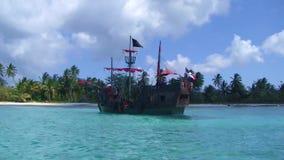Piraatschip bij het Caraïbische overzees stock videobeelden