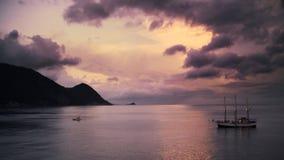 Piraatschip bij Tropisch Eiland stock videobeelden