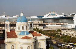 PIRAEUS, GRECJA: Port Piraeus zazwyczaj zakrywa rozkłady popularne Greckie wyspy Obrazy Stock
