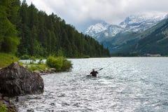 Piragüista en el lago de las montañas imágenes de archivo libres de regalías