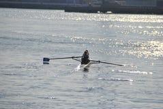 Piragüista que rema en el puerto de Génova imagen de archivo