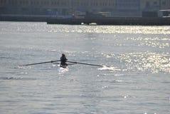 Piragüista que rema en el puerto de Génova imagen de archivo libre de regalías