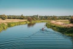 Piragüistas en el río Nene en Woodford en Northamptonshire, Inglaterra Foto de archivo libre de regalías