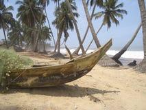 Piragua en la playa, Ghana Imagenes de archivo