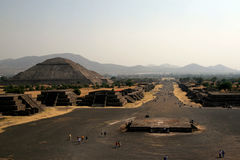 Piramid Солнця и бульвара мертвого/Teotihuacan, Мексика Стоковые Изображения RF
