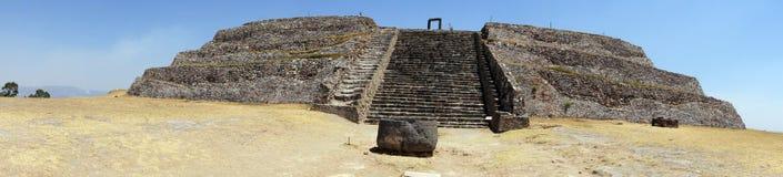 Piramid auf dem trockenen Gras Lizenzfreies Stockfoto