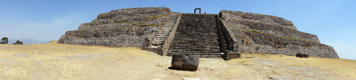 Piramid sull'erba asciutta Fotografia Stock Libera da Diritti