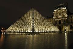Piramide alla notte, Parigi del Louvre Fotografie Stock