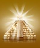 Piramide con luce solare Immagine Stock