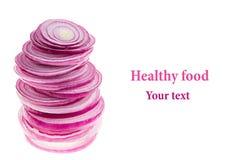 Piramide dalle fette di cipolla rosa Oggetto con lo spazio della copia Arte di concetto Priorità bassa dell'alimento Isolato Fotografie Stock Libere da Diritti