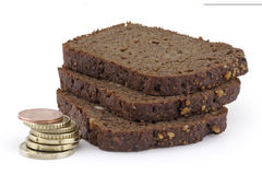 Piramide dalle monete e dalle fette di pane. Fotografia Stock Libera da Diritti