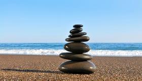 Piramide dalle pietre che è sul litorale di mare Immagini Stock Libere da Diritti