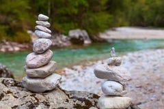 Piramide dei ciottoli sul fiume di Soca, Slovenia Fotografie Stock Libere da Diritti
