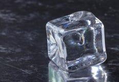 Piramide dei cubetti di ghiaccio fusi con le gocce fotografia stock libera da diritti