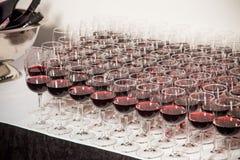 Piramide dei vetri con vino rosso Fotografia Stock Libera da Diritti