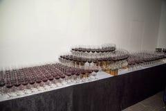 Piramide dei vetri con vino rosso Immagini Stock