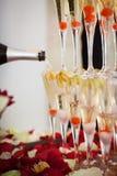 Piramide dei vetri del champagne con la ciliegia dentro Immagine Stock