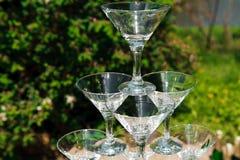 Piramide dei vetri di champagne collina Piramide di champagne all'aperto nel parco fotografie stock
