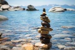 Piramide del cairn sulla riva del lago Tahoe immagini stock