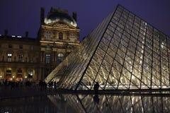 Piramide del Louvre alla notte Immagini Stock