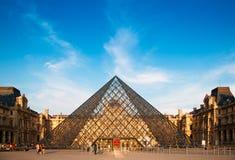Piramide del Louvre nella sera Fotografia Stock