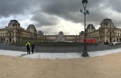 Piramide del museo del Louvre un giorno nuvoloso Fotografia Stock