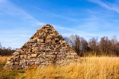 Piramide della guerra civile su un campo di battaglia immagini stock