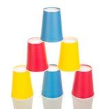 Piramide delle dalle tazze eliminabili colorate multi isolate su bianco Immagine Stock Libera da Diritti