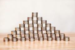 Piramide delle monete sulla tavola Fotografia Stock Libera da Diritti