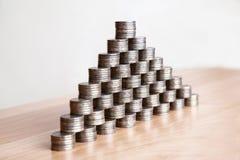 Piramide delle monete sulla tavola Immagini Stock