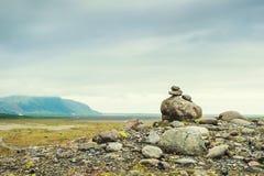 Piramide delle pietre nelle montagne fotografie stock