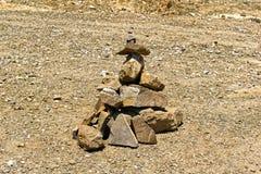 Piramide delle pietre su terreno pietroso Fotografie Stock Libere da Diritti