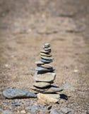 Piramide delle pietre sulla spiaggia Fotografia Stock