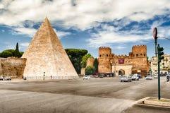 Piramide di Cestius vicino a Porta San Paolo, Roma, Italia Fotografia Stock Libera da Diritti