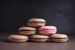 Piramide di cioccolato Macarons marrone pastello o dei maccheroni Fotografie Stock Libere da Diritti